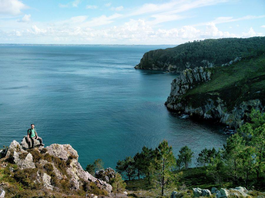 Les falaises se jettent dans la mer sur le sentier côtier