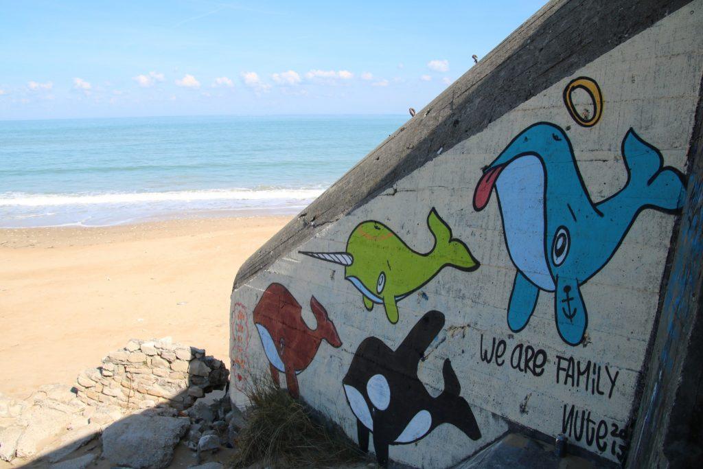 baleines peintes sur un bunker de la plage de la conche