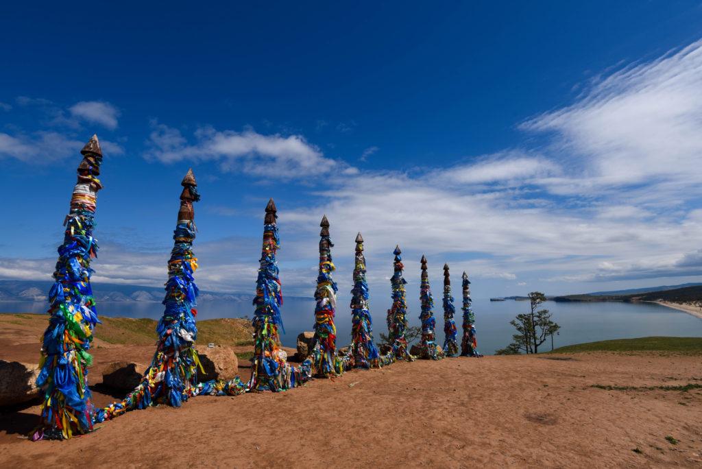 Les poteaux des chamans sur la falaise de Khoujir @neweyes