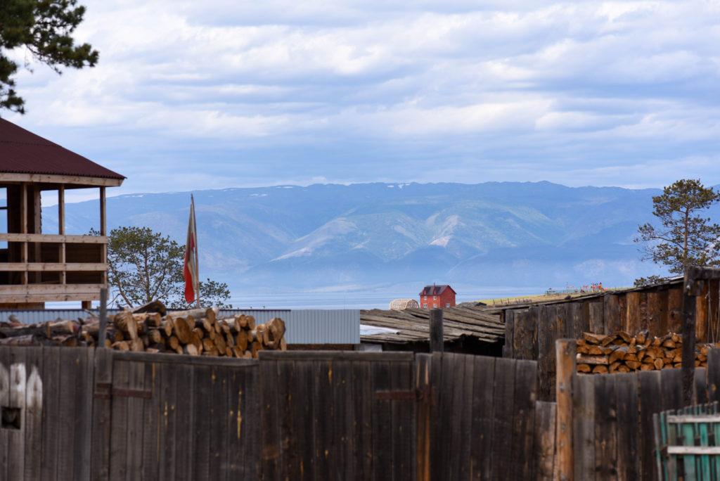 Vue sur le lac Baïkal qui borde la ville de Khoujir @neweyes